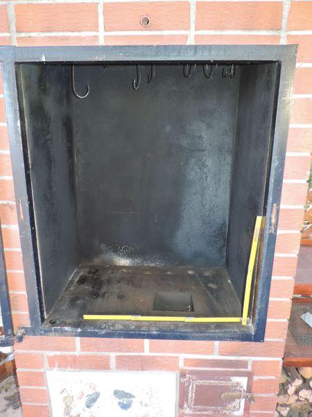 Wnętrze wędzarni. W dole widać otwór wylotowy dymu z pieca.