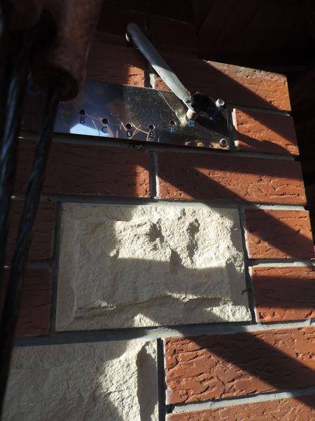 Zasuwa do regulacji ciągu w kominie, umieszczona po lewej stronie komina, patrząc od frontu wędzarni.