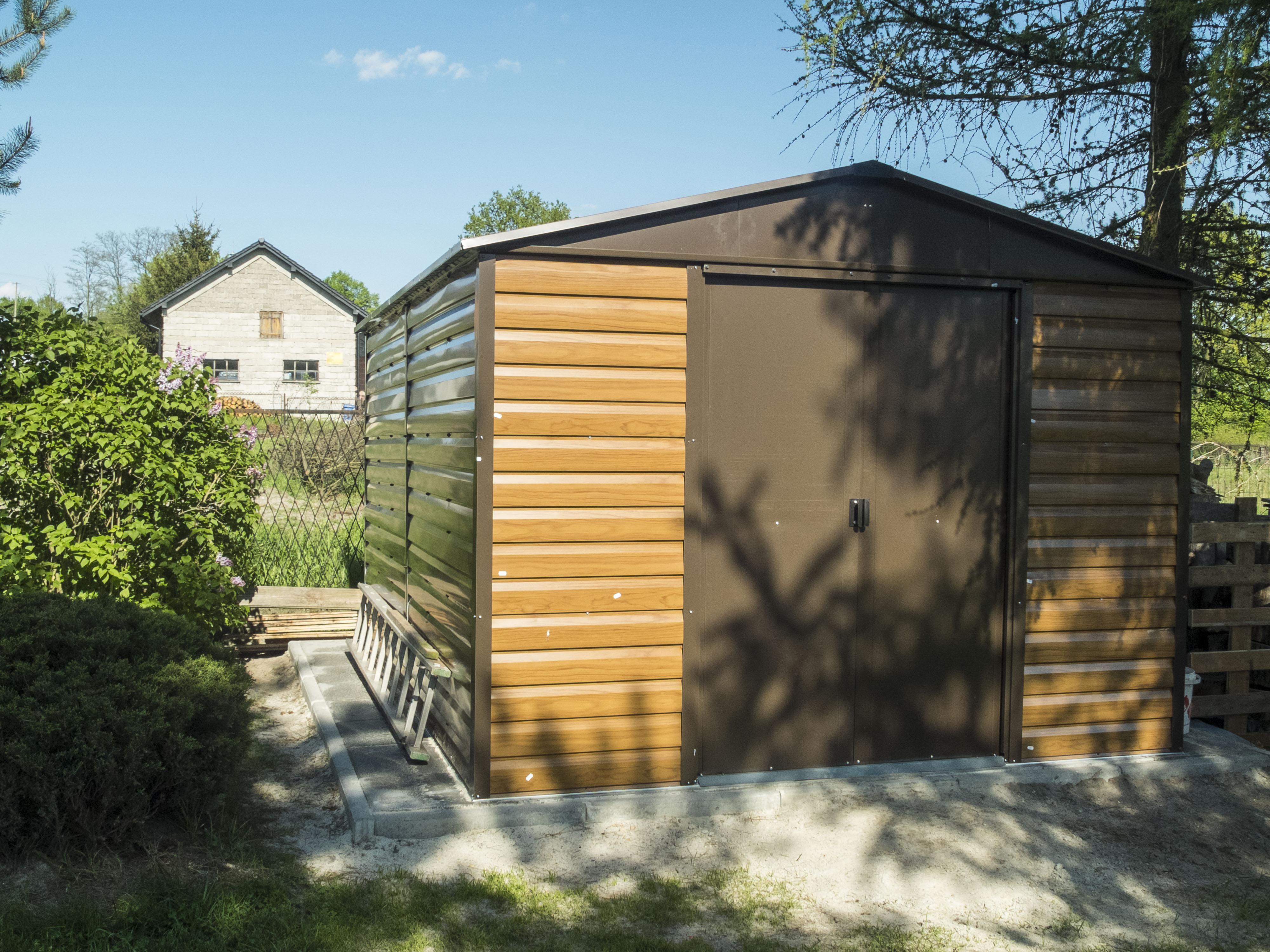 Fot. Brązowy metalowy domek Yardmaster